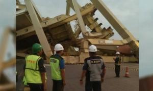 Kapal Kargo Tabrak 'Crane' Pelabuhan Tanjung Emas