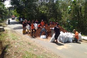 Jalan Mojogedang-Karangpandan Dipasang Tanggul Buatan