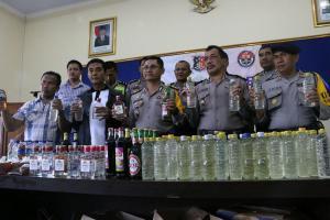 Polisi Amankan Puluhan Botol Miras Jelang Malam Tahun Baru