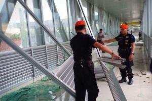Dihantam Hujan dan Angin, Kaca 'Skybridge' Solo Pecah