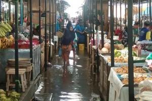 Pasar Darurat Sorogenan Pekalongan Masih Terendam Banjir