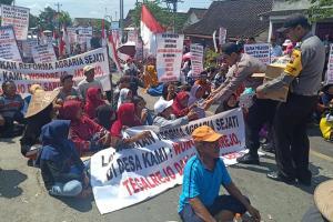 Ribuan Warga Cepu Blokir Jalan Nasional