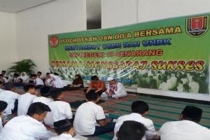 Para Siswa Doa Bersama sebelum UNBK