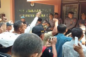 Seratusan KPPS Geruduk Kantor KPU Sleman