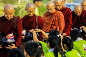 Jelang Puncak Waisak, Ratusan Biksu Lakukan Pindapata