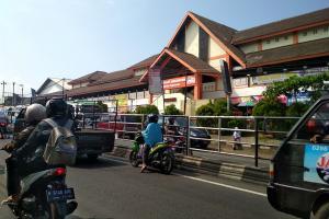 Tersendat, Arus Lalu Lintas di Pasar Projo Semarang
