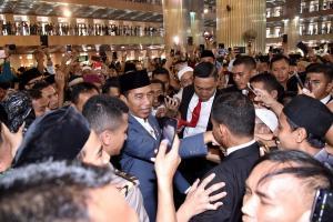 Mudik, Jokowi Bagikan Sembako kepada Warga Solo