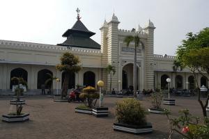 Warga Serbu Sarapan Gratis di Masjid Jami Kauman