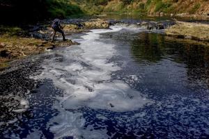 Bupati Pekalongan Sanksi Pabrik Jin Pencemar Sungai
