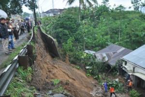 Khawatir Tanah Longsor Susulan, Sembilan Warga Karanganyer Diungsikan