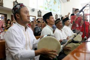 Santri di Semarang Tabuh Rebana Iringi Misa Natal