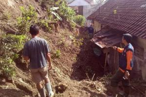 Dekat dengan Tebing, 50 Rumah di Cilacap Terancam Tertimpa Longsor