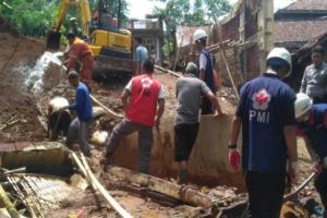 PMI Banjarnegara Bantu Warga Bersihkan Longsor di Pagedongan