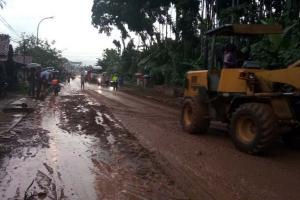 Petugas Gabungan Bersihkan Dua Titik Longsor di Cilacap