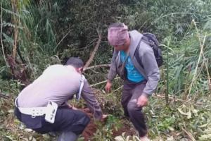 Polisi Bersama Petani Tanam Beringin di Lereng Gunung Sumbing