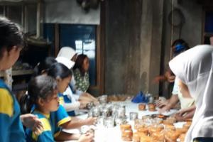 Menjelang Imlek Puluhan Siswa SD Surakarta Belajar membuat Kue Keranjang