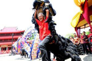Hadiri Perayaan Imlek di Sam Poo Kong, Ganjar Mainkan Barongsai