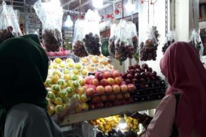 Virus Corona Tak Membuat Penjualan Buah Asal China di Solo Terganggu