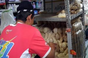 Stok Melimpah, Harga Gula di Solo Bergerak Turun