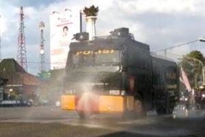 Polres Banjarnegara Semprot Disinfektan di Jalan Protokol Menggunakan Water Cannon