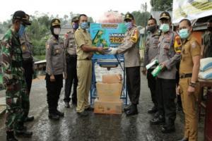 Polres Batang Berikan Bantuan Beras di Kampung Isolasi Mandiri
