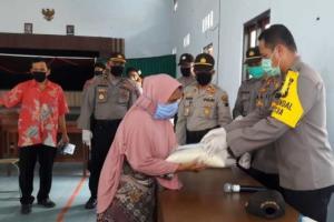 Polda Jateng Beri Bantuan Tunai Pada Rakyat Miskin di Temanggung Terdampak Covid-19