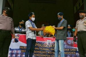 Polda Jateng Berikan Bantuan Sembako Kepada Mahasiwa yang Tidak Mudik
