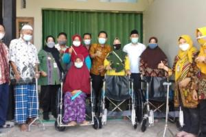 Warga Ngaliyan Kota Semarang Terima Kursi Roda dan Tongkat
