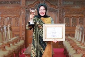 Bupati Klaten Terima Penghargaan Anugerah Parahita Ekapraya Tingkat Madya 2020