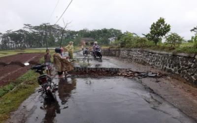 Jalan Penghubung Desa Jolosekti Dengan Desa Manggis di Batang Ambles