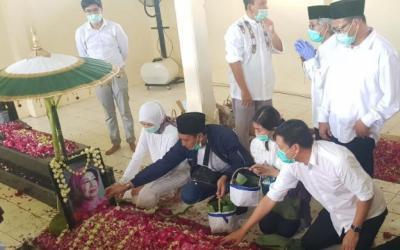 Presiden Jokowi Tinggalkan Pemakaman, Pelayat Serbu Pusaran Almarhumah Sudjiatmi
